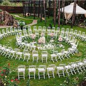 Красивая рассадка гостей на выездной церемонии брака