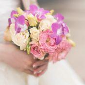 букет на свадьбу из роз и фиалок