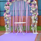 Свадебная арка из живых цветов и лент