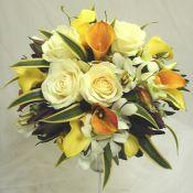 Свадебный букет с розами и желтой калой